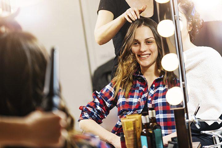 زن زیبا در آرایشگاه زنانه و سالن زیبایی در مشهد در حال آرایش